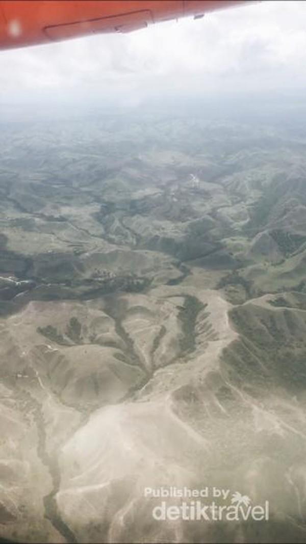Pemandangan Sumba dari jendela pesawat