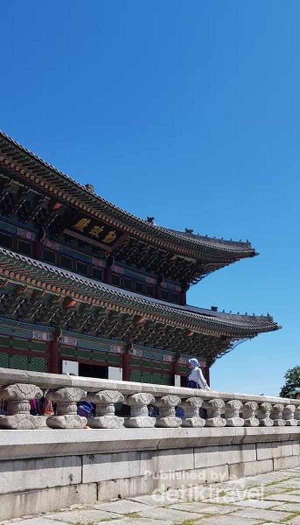Berfoto di salah satu sudut Istana Gyeongbokgung dengan mengenakan Hanbok