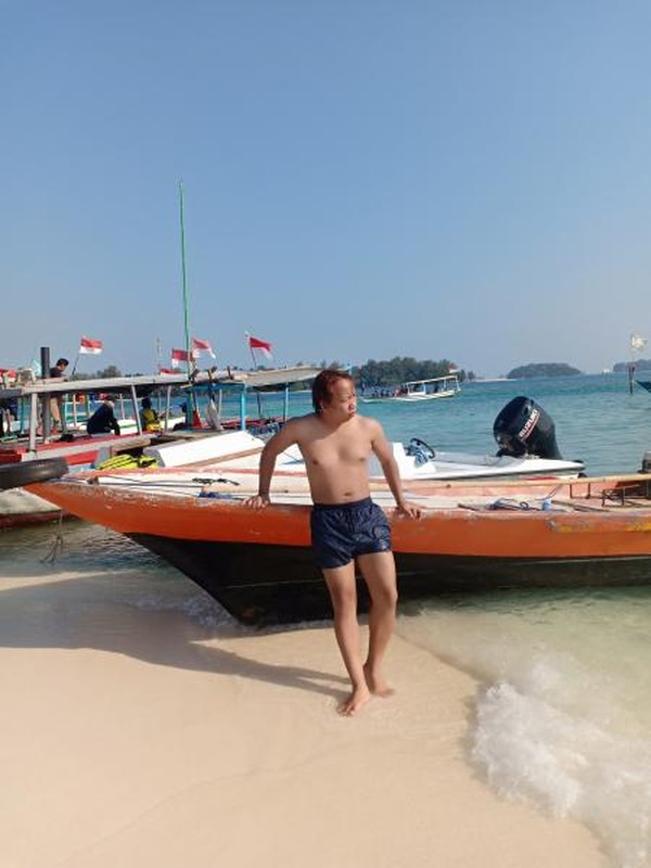 Wisatawan yang ambil foto di sekitar pulau dolphin