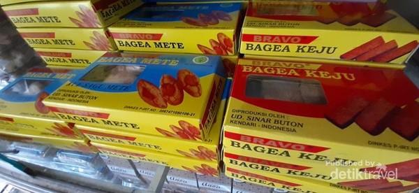 Tersedia juga bagea yang merupakan kue kering khas Sulawesi