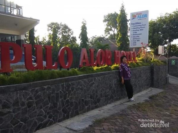 Foto Narsis di depan Pulo Alor Hotel
