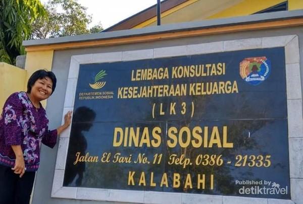 Foto diri di depan Kantor Dinas Sosial yang terletak tidak jauh dari Hotel Pulo Alor. Seorang pelajar cilik memolong saya mengambil foto ini.