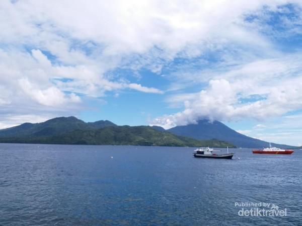 Birunya laut dan Pulau Tidore terlihat dari Taman Toboko