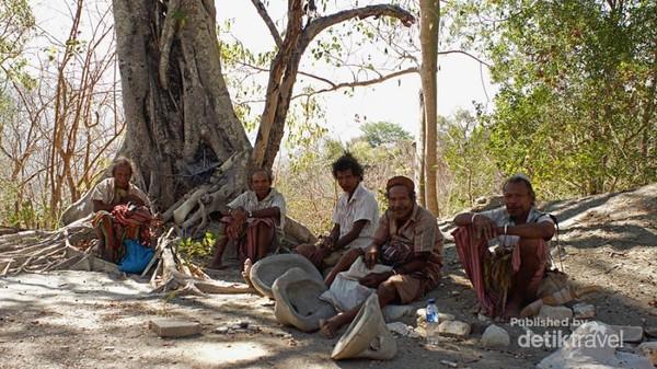 Para tetua adat suku Boti yang sedang bertedu setelah berkebun