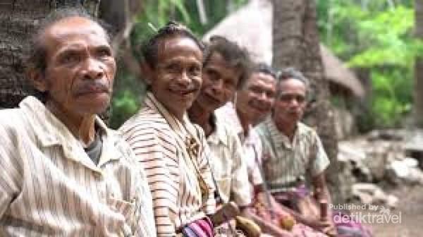 Para Pria Dewasa Dari Suku Boti