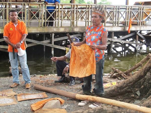 Kulit kayu yang baru diambil dari batang pohon Ombou (Sastri/ detikTravel)