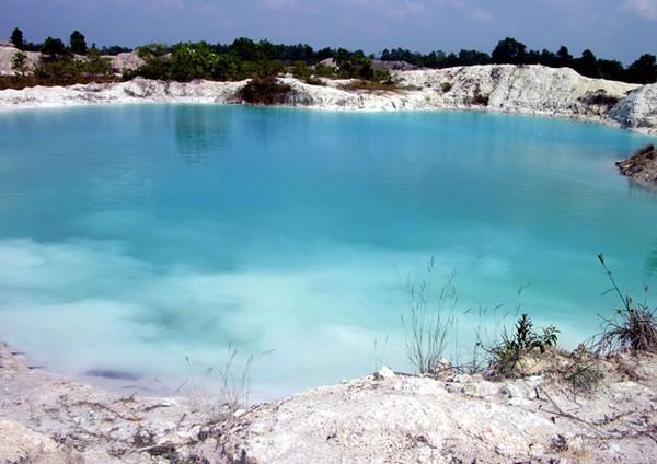Selain bebatuan Kaolinnya yang berwarna putih, air danau yang berwarna biru muda pun menjadi daya tarik wisatawan (poymystory.blogspot.com)
