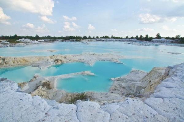 Saat musim kemarau tiba di tengah Danau Kaolin akan muncul undakan-undakan seperti gula putih (mukebelitong.wordpress.com)