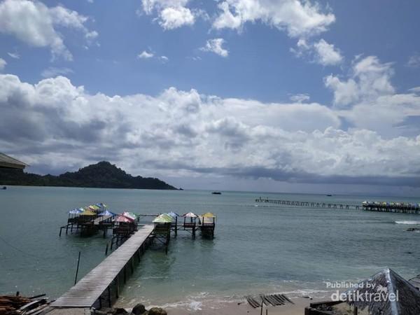 view sekitar lokasi banyak tempat kulineran di atas air