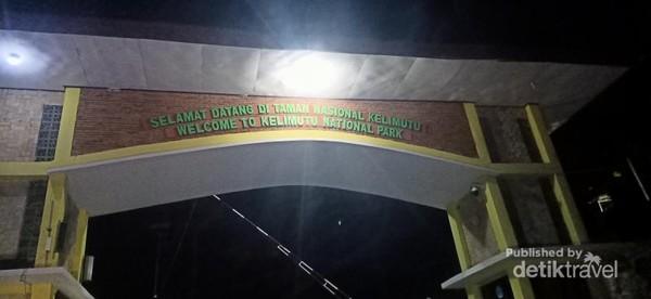 Gerbang masuk ke taman nasional Kelimutu