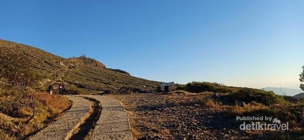 Trekking menuju puncak Kelimutu