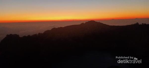 Sunrise di puncak Kelimutu