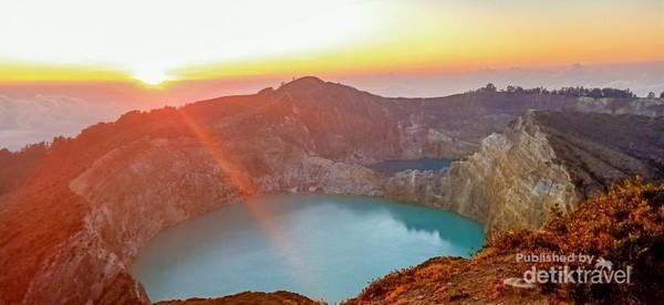 Danau Kelimutu (nampak Tiwu Ata Polo dan Tiwu Nuwa Muri Koo Fai)
