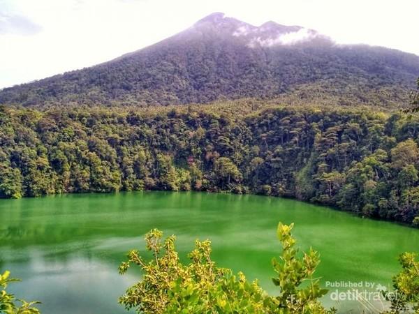 Wahh cantik dan adem kesan pertama melihat danau yang hijau pekat ini.