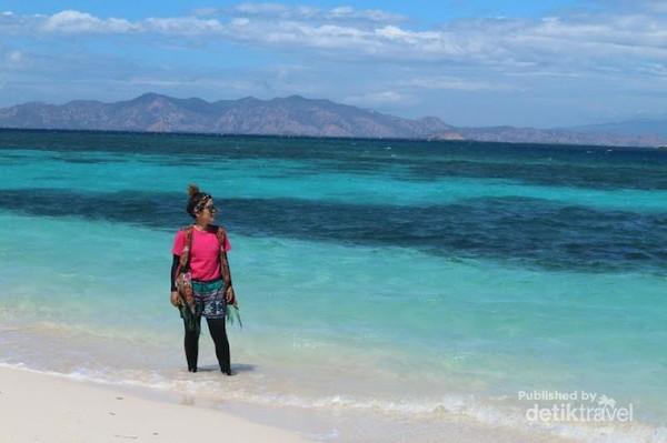 Hemm, cantik banget dong gradasi air laut pulau Kanawa, kontras dengan saya yang gonjreng!