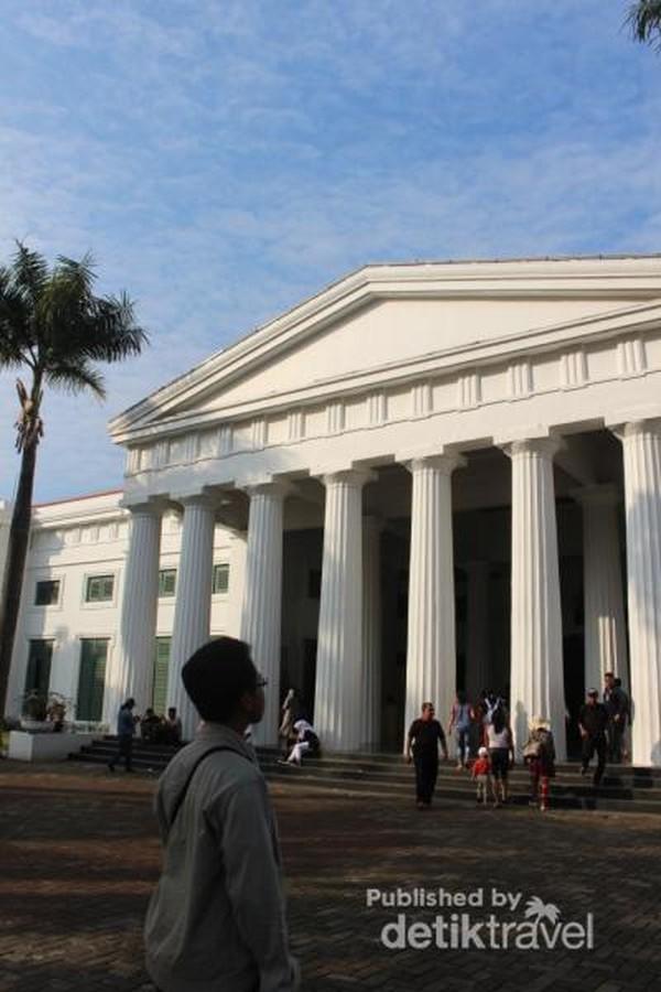 Gedung Museum Senir Rupa dan Keramik yang megah dengan gaya neoklasik