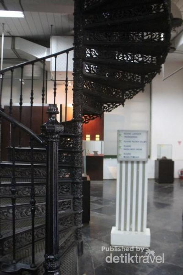 Tangga yang menghubungkan lantai satu dan lantai dua museum