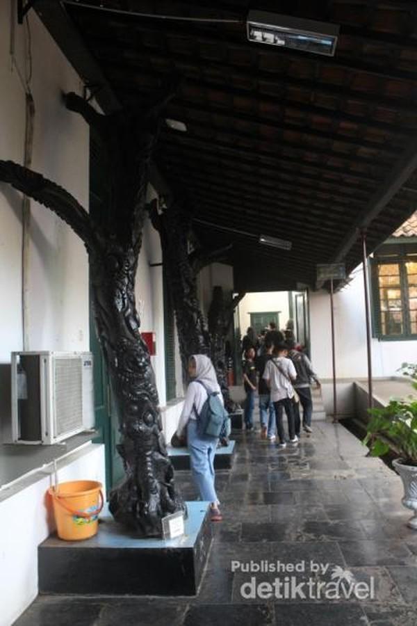 Beberapa patung diletakkan pada bagian teras museum