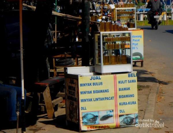 Banyak penjual minyak bulus atau bidawang di sekitar kelenteng