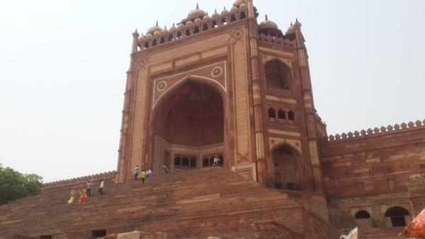 Gerbang spektakuler setinggi 54 meter dinamakan Buland Darwaza. Adalah gerbang kemenangan untuk memperingati kemenangan Raja Akbar atas wilayah Gujarat. Dibangun pada tahun 1576. Merupakan gerbang tertinggi di dunia.