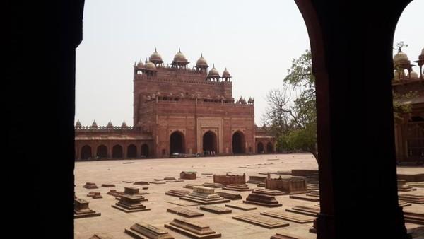 Makam kerabat kerajaan di halaman di dalam kompleks Fatehpur Sikri. Dan bagian belakang dari Buland Darwaza.