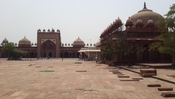 Masjid Jama atau Masjid Jumat tampak begitu menakjubkan berbentuk persegi panjang. Adalah bangunan pertama yang dibangun di kompleks Fatehpur Sikri.