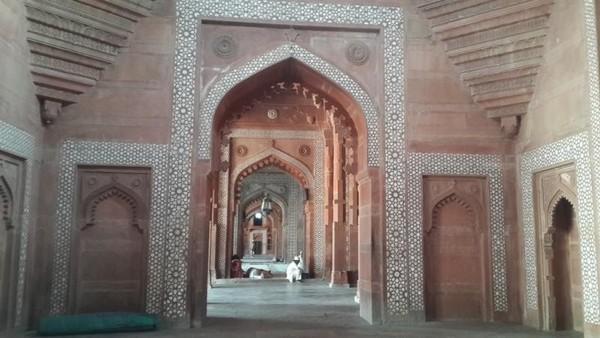 Bagian dalam Masjid Jama dengan arsitektur unik mencerminkan 3 unsur agama Islam,Hindu dan Kristen.