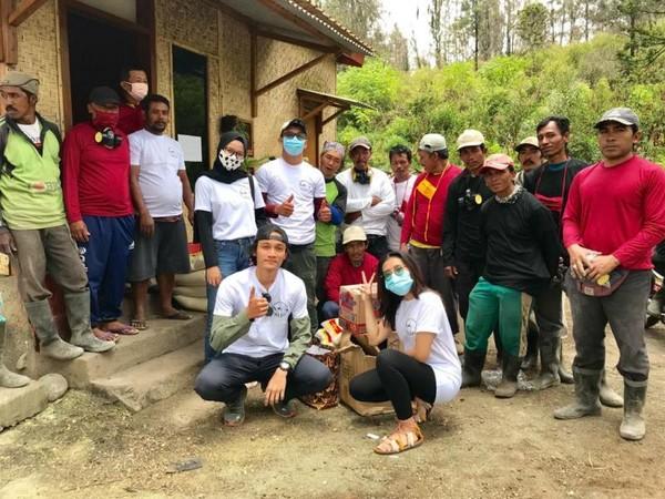 Bantuan berupa masker gas, baju, dan bahan pangan untuk para penambang