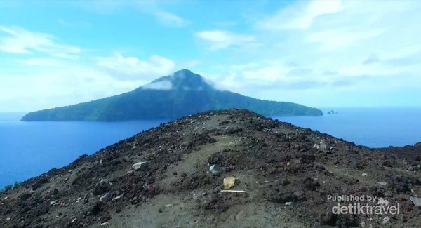 Krakatau induk tampak dari kejauhan