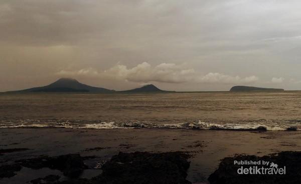 Krakatau terlihat dari Gubuk seng di Pulau Sebesi