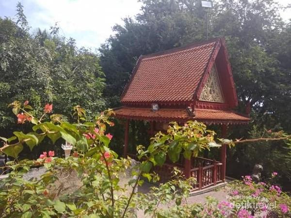 Teduhnya suasana di Watv Phnom, oleh pepohonan rindang di sekitar kuil.