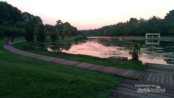 Senja di Danau Dora