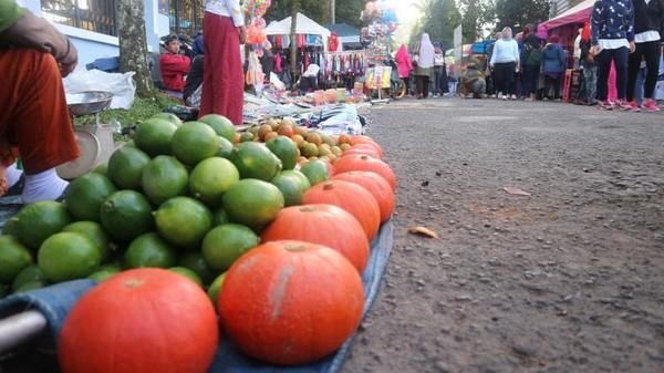 Aneka buah dan sayuran segar juga ada