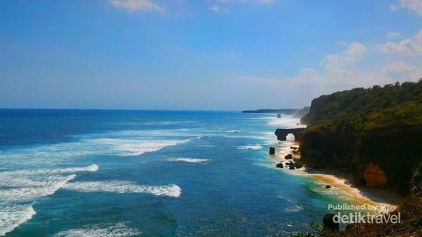 Pantai Mbawana dilihat dari ketinggian Tanjung Mareha