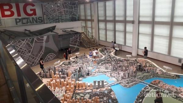 Melihat miniatur Singapura dari lantai atas