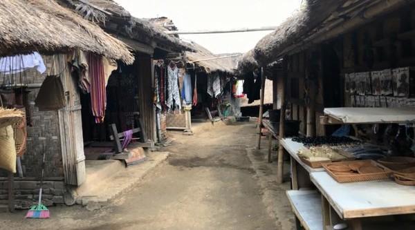 Rumah adat di Dusun Sasak Sade