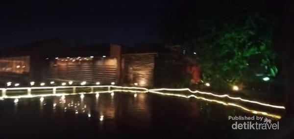 Lampu-lampu menambah keindahan malam.
