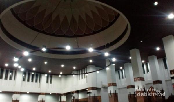 langit-langit masjid yang cantik