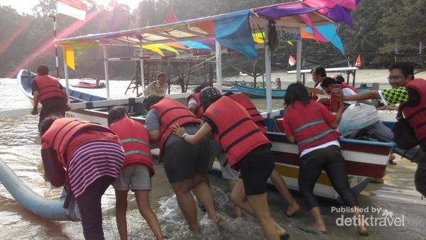 Trenggalek di Jawa Timur punya Pantai Karanggongso yang berpasir putih dan tempat menyeberang ke Pulau Kecil. Namun kalau wisatawan mau menyeberang pulau, bantu dorong perahu dulu ya!