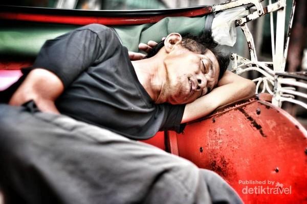 Ada banyak tukang becak di Malioboro, Yogyakarta. Inilah sebuah potret kehidupan saat beristirahat sejenak dari kerasnya pertarungan untuk mengais rezeki.