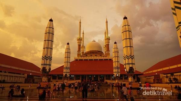 Masjid Agung Jawa Tengah terletak di Jl Alun-Alun Semarang No 11