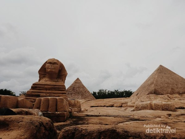 Miniatur Pyramid dan Spinks di dalam Window of the World - Zona Afrika