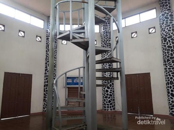 Bagian dalam bangunan Tugu Equator