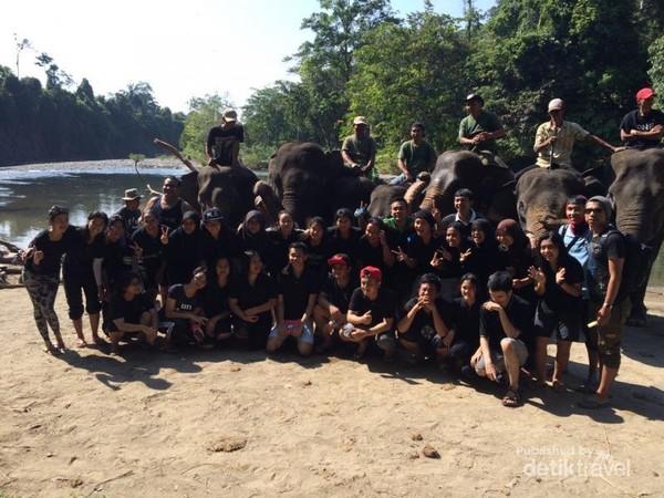 Foto bersama ranger dan gajahnya