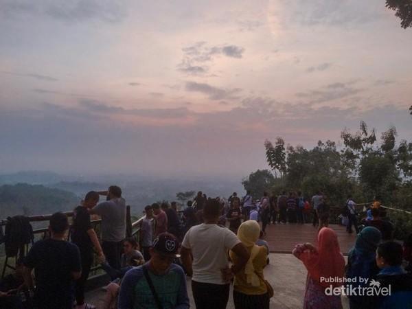Wisatawan sedang menantikan matahari terbit