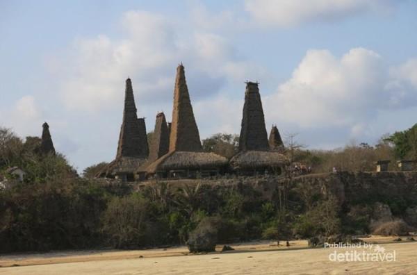 Desa Rotenggaro jadi daya tarik tersendiri di Sumba Barat Daya. Desa yang kuat akan suasana megalitikum itu memiliki pesonanya tersendiri.