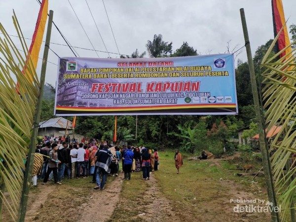 Gerbang masuk lokasi Festival Kapujan