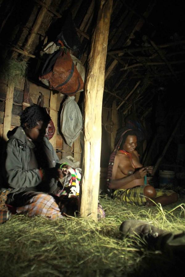 Kegiatan wanita suku Dani kala malam salah satunya adalah merajut Noken.