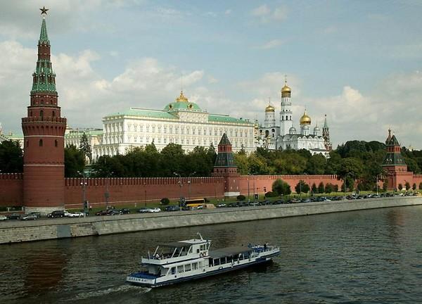 Kremlin Walls dan Sungai Moskow (travelandtourismtoday.blogspot.com)