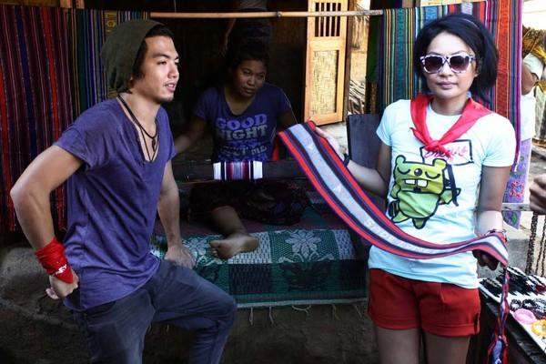 Endhita dan Nicky Tirta melihat-lihat tenun Lombok (Foto: Rachman/detikFoto)